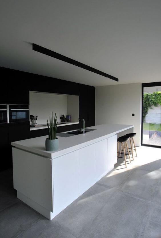 Cozinha americana com balcão branco