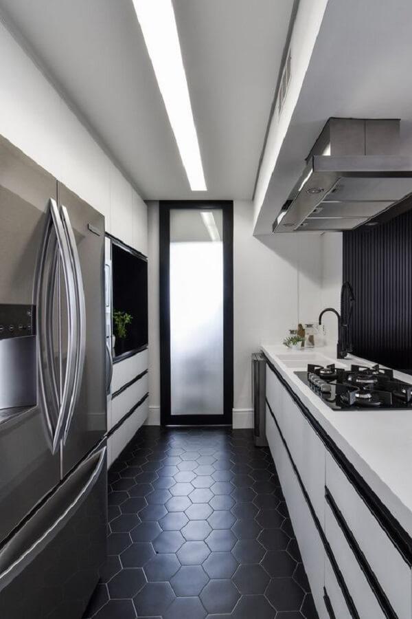 Cozinha com decoração sofisticada e piso fosco preto. Fonte: Arkpad