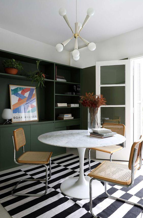 Cozinha com mesa de granito branca