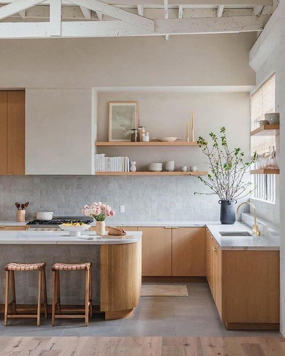 Cozinha com porcelanato cimento queimado e armários de madeira