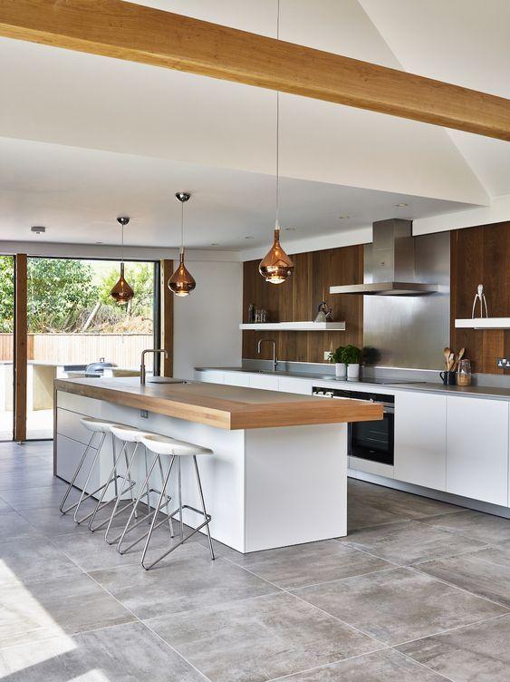 Cozinha com porcelanato cimento queimado e balcao de madeira