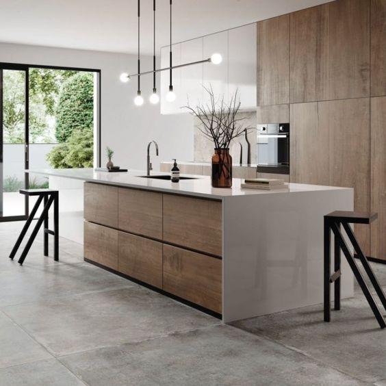 Cozinha com porcelanato cimento queimado e bancada de madeira e granito