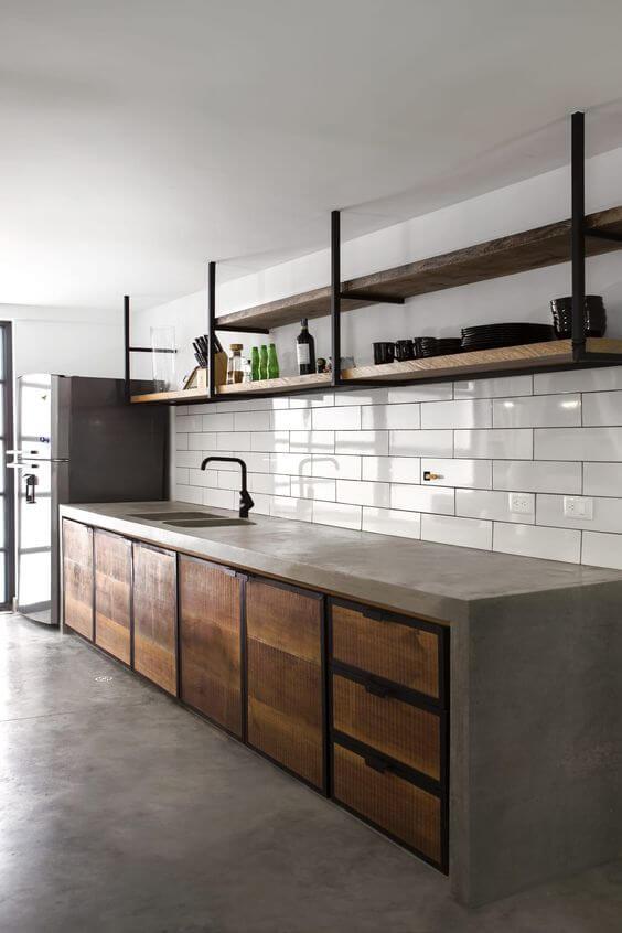Cozinha com porcelanato cimento queimado e bancada rustica