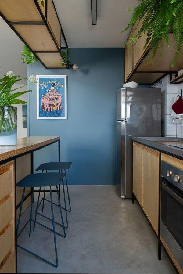 Cozinha decorada com piso fosco e elementos em azul. Fonte: RSHINA
