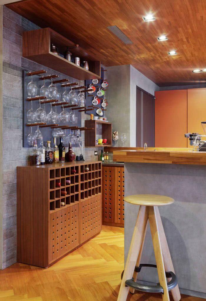 Cristaleira de parede com adega de madeira para cozinha compacta