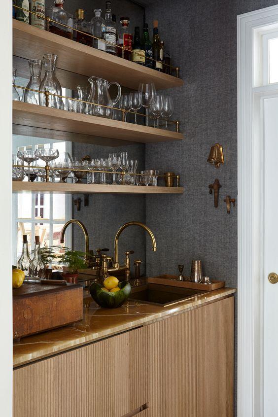 Cristaleira de parede com prateleira prática na área gourmet