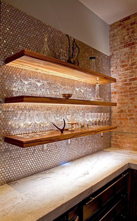 Cristaleira de parede com prateleiras de madeira