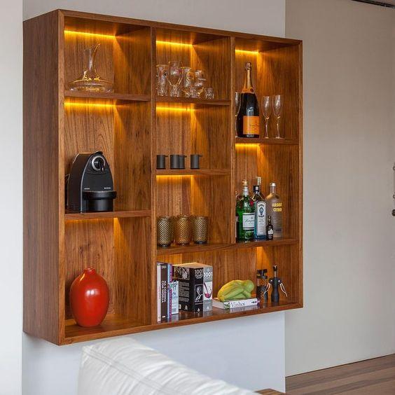 Cristaleira de parede de madeira