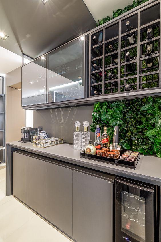 Cristaleira de parede decorada com jardim vertical e buffet