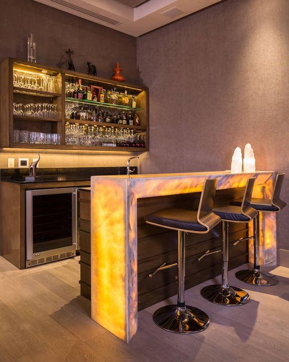 . Cristaleira de parede estilo bar