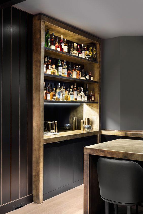 Cristaleira de madeira para parede planejada na cozinha
