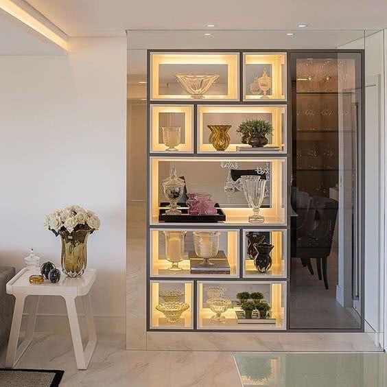Cristaleira de parede luxuosa e planejada na sala de jantar