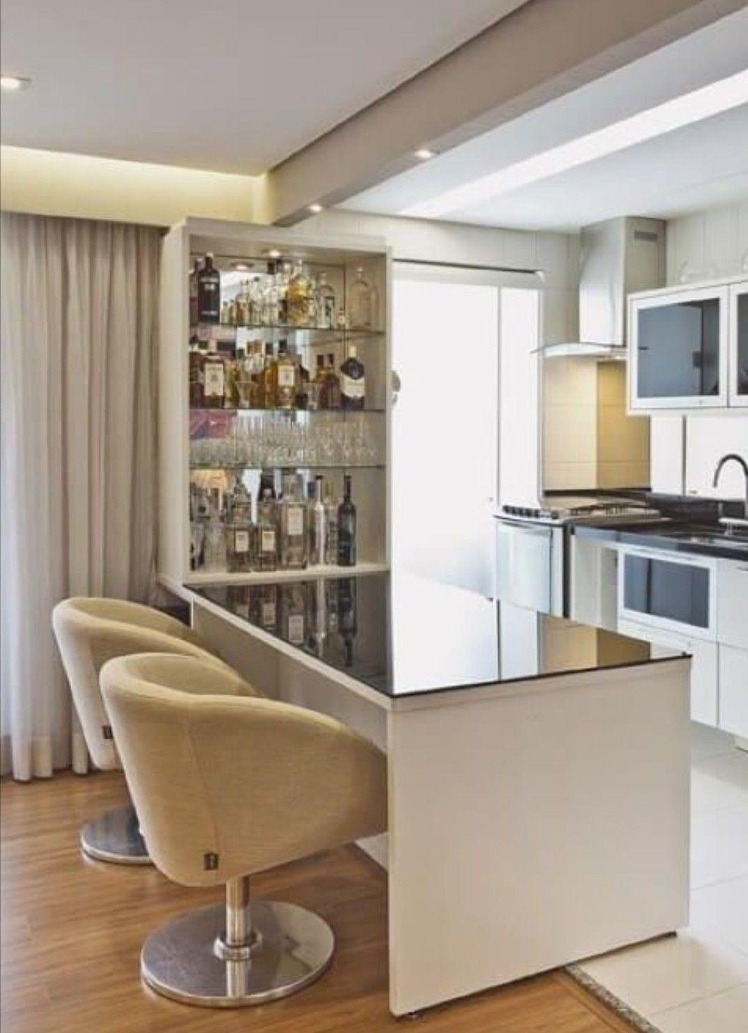 Cristaleira de parede na bancada da cozinha