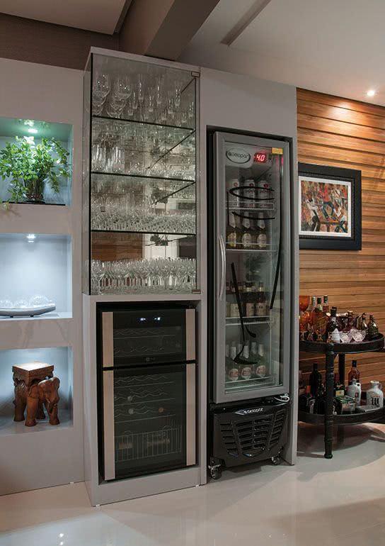 Cristaleira de parede na cozinha compacta e planejada