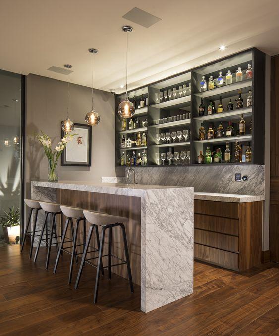Cristaleira de parede na cozinha moderna