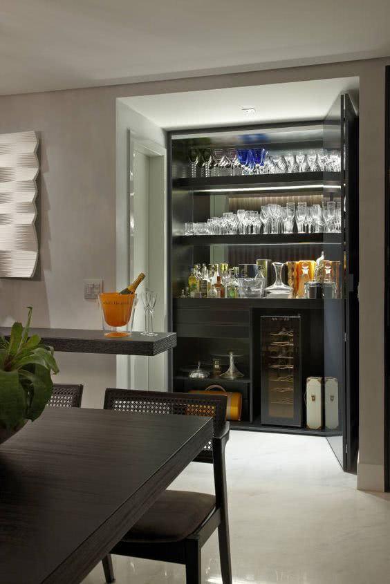 Cristaleira de parede na sala de jantar com espaço para adega