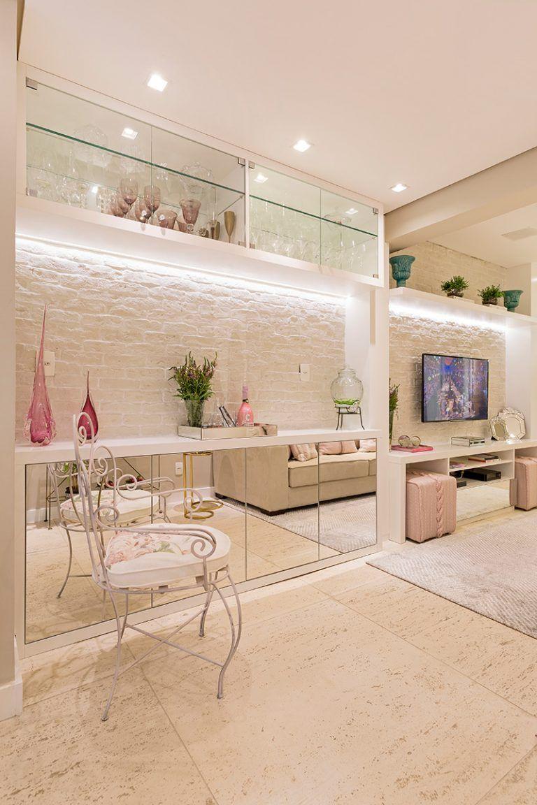 Cristaleira de parede na sala de jantar luxuosa