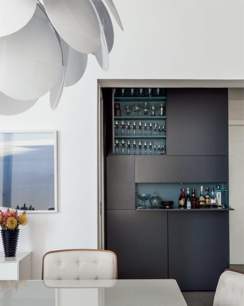 Cristaleira de parede nos armários embutidos da sala de jantar