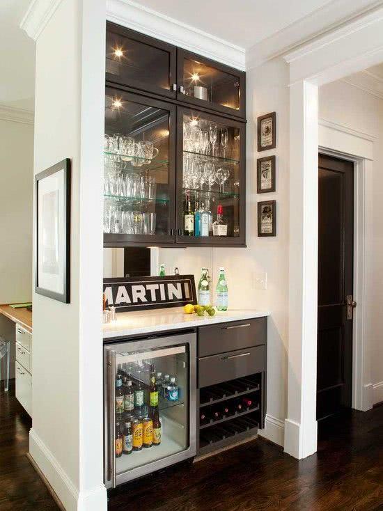 Cristaleira de parede planejada no apartamento pequeno