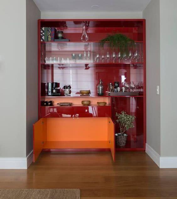 Cristaleira de parede vermelha