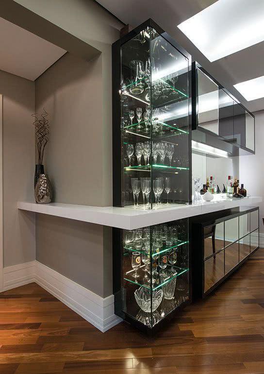 Cristaleira de vidro na parede da sala de jantar