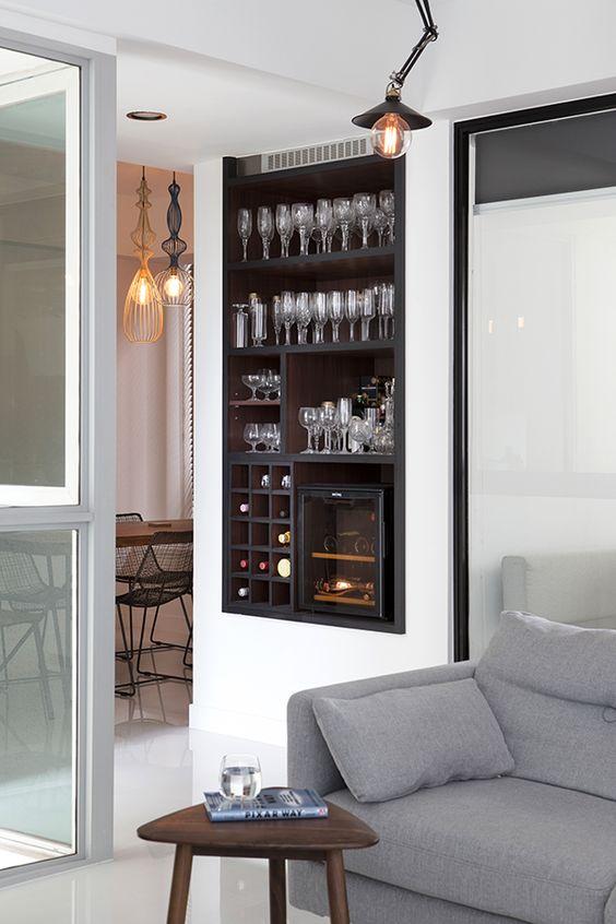 Cristaleira embutida na prede de sala de estar