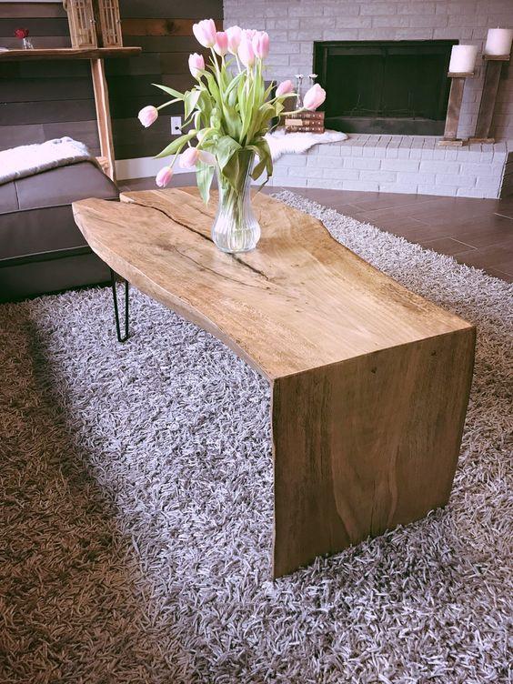 Decoração com mesa de centro rustica de madeira e vaso de tulipas