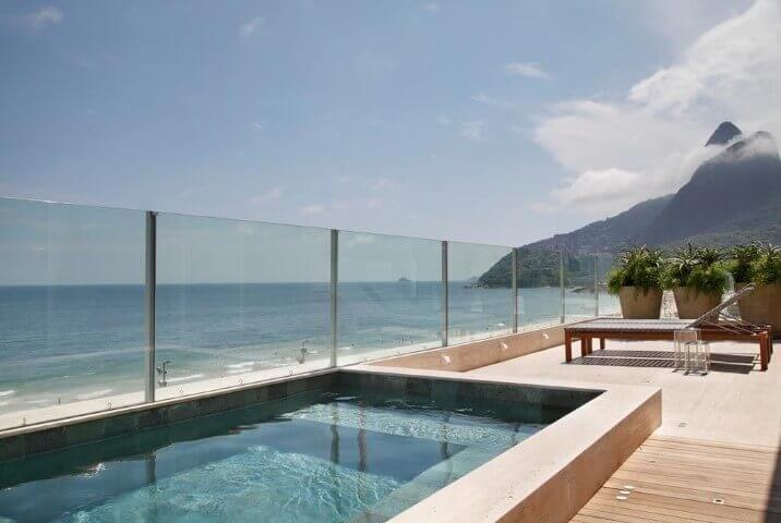Esse modelo de piscina retangular com prainha favorece a vista para a praia. Projeto de Izabela Lessa