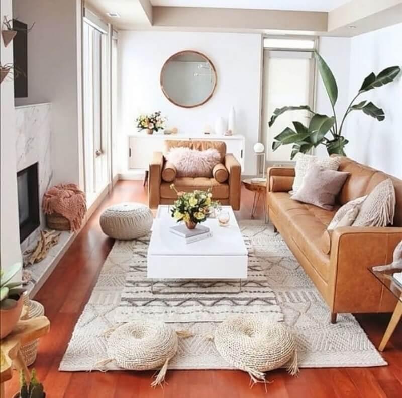 Explore diferentes tipos de tecidos por meio de tapetes, mantas, almofadas. Foto: habitissimo.com
