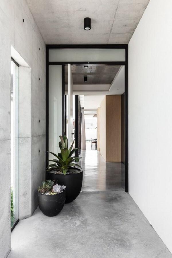 Hall de entrada moderno com piso fosco cinza. Fonte: Hunting For George