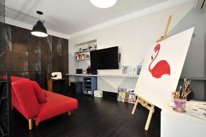 Home office de artista com piso fosco vinílico escuro. Projeto de Ana Cristina Nigromalta