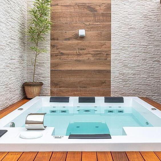 Jacuzzi externa com cascata relaxante