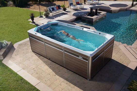 Jacuzzi externa perto da piscina