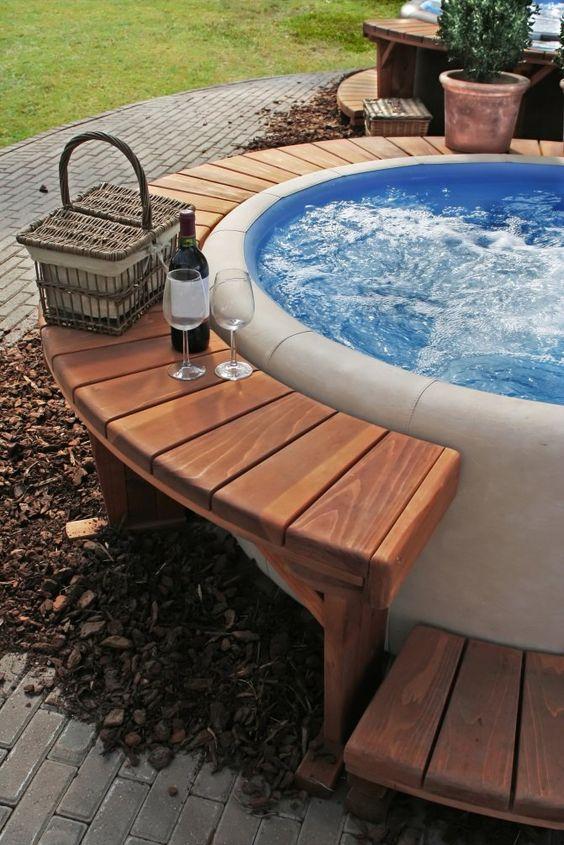 Jacuzzi externa redonda com bancos para vinho