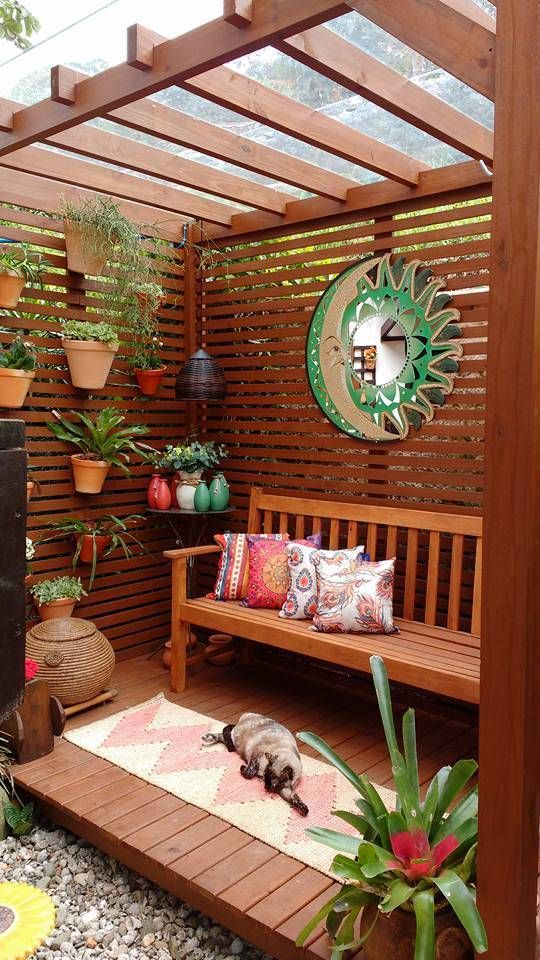 Jardim vertical com banco de jardim e almofadas