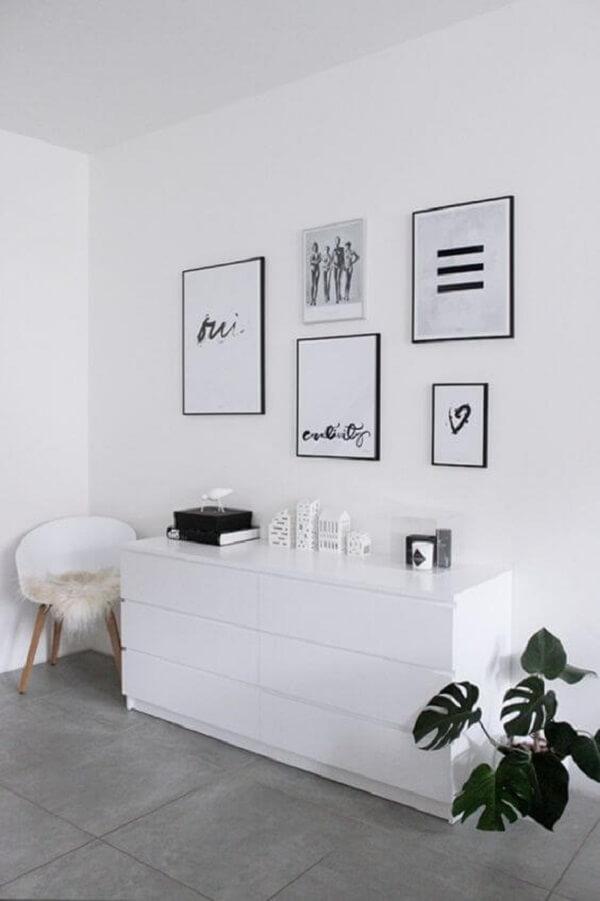 Móveis brancos e piso fosco porcelanato em tom cinza. Fonte: Habitissimo