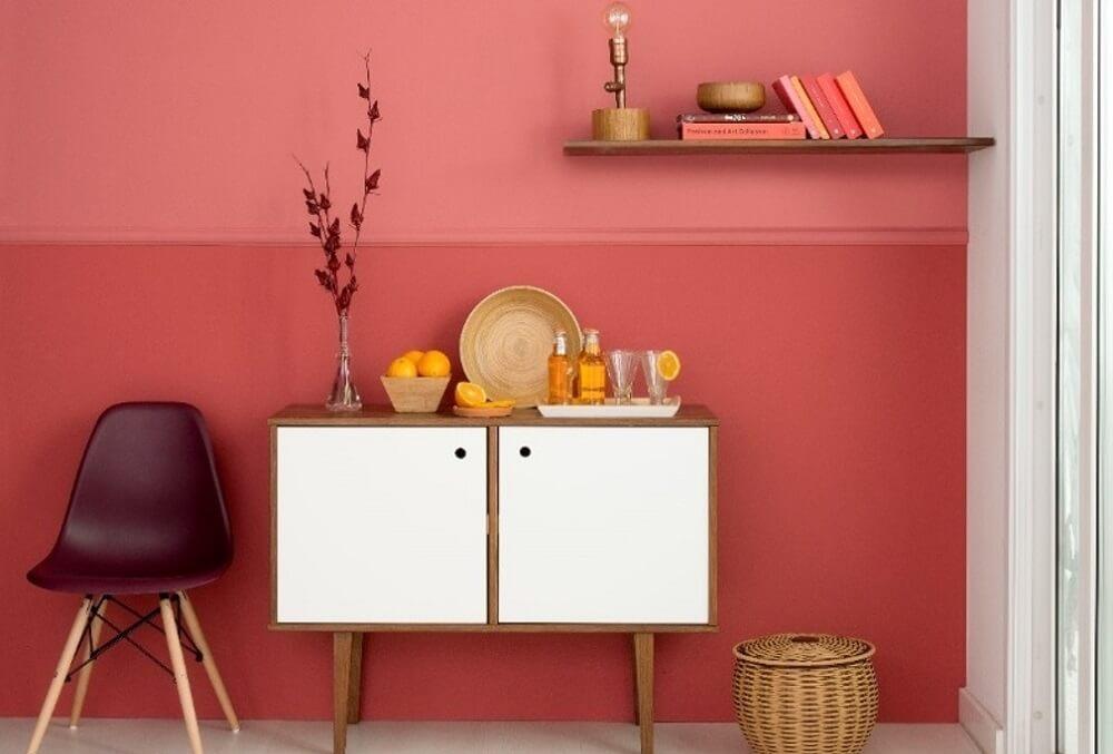 Mergulhe fundo na hora de pintar as paredes e invista em tons que trazem a sensação de conforto para sala de estar. Fonte: Mobly