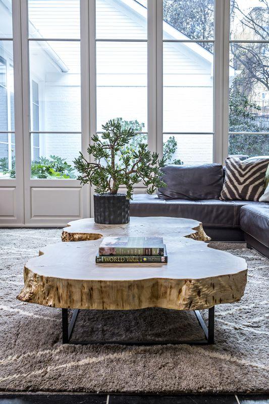 Mesa de centro de madeira com sofá cinza
