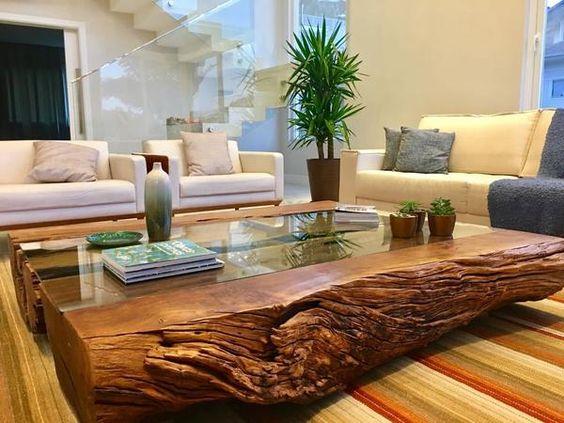 Mesa de centro de madeira e vidro com sofá bege
