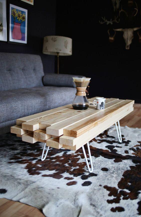 Mesa de centro de madeira na sala de estar