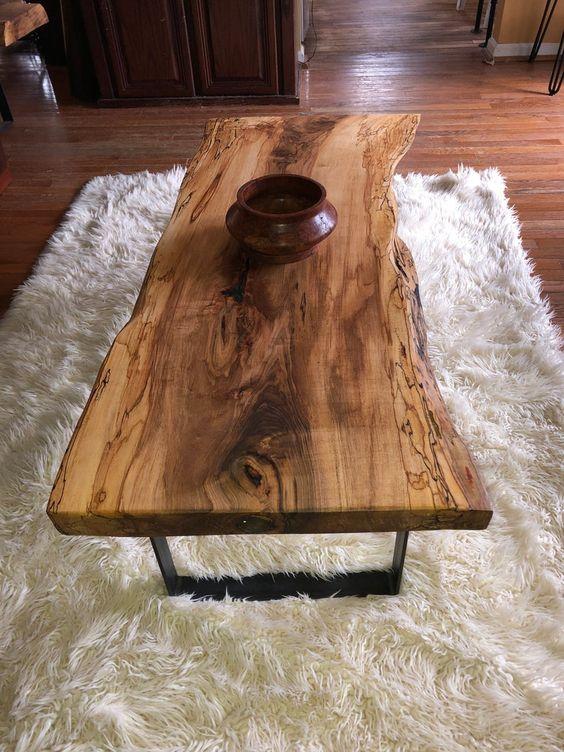 Mesa de centro rustica com tapete de pelos