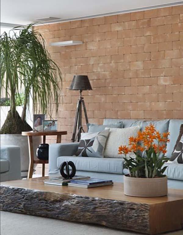 Mesa de centro rustica retangular na sala com parede de tijolinho