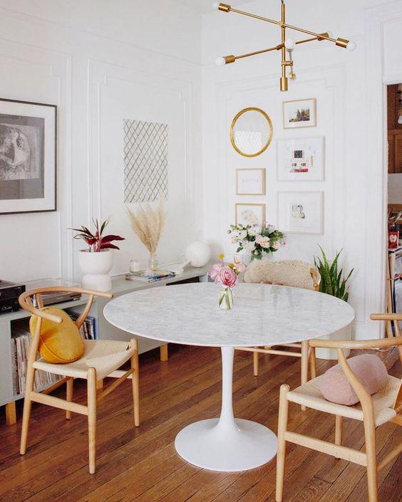 Mesa de granito branca com cadeira de madeira