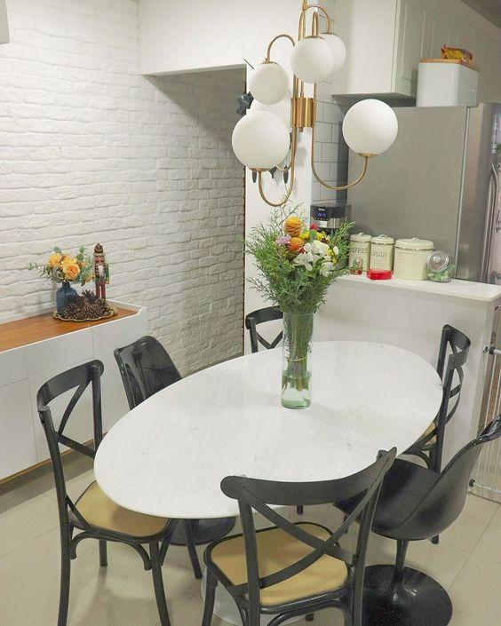 Mesa de granito branca com cadeira preta