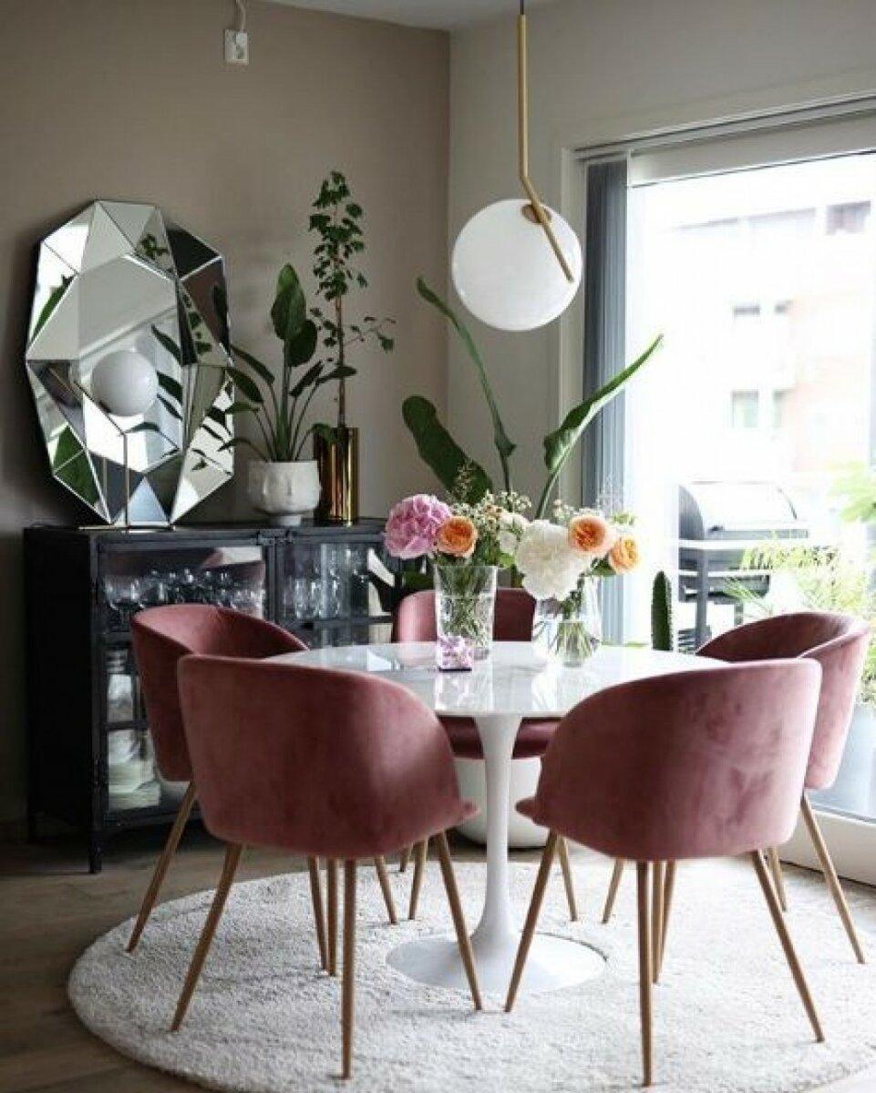 Mesa de granito com cadeiras cor de rosa