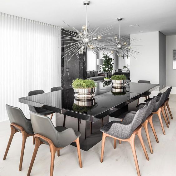 Mesa de granito preta com cadeiras cinza