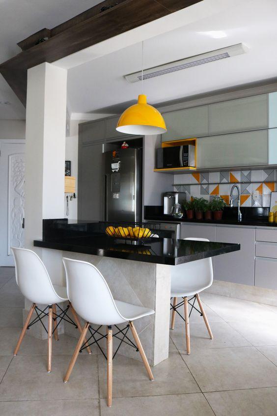 Mesa de granito preto para cozinha com cadeiras brancas