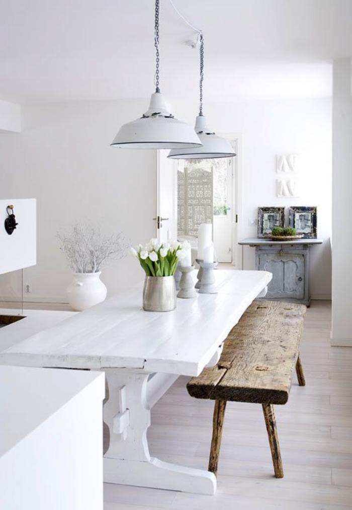 Mesa de jantar branca com banco rustico