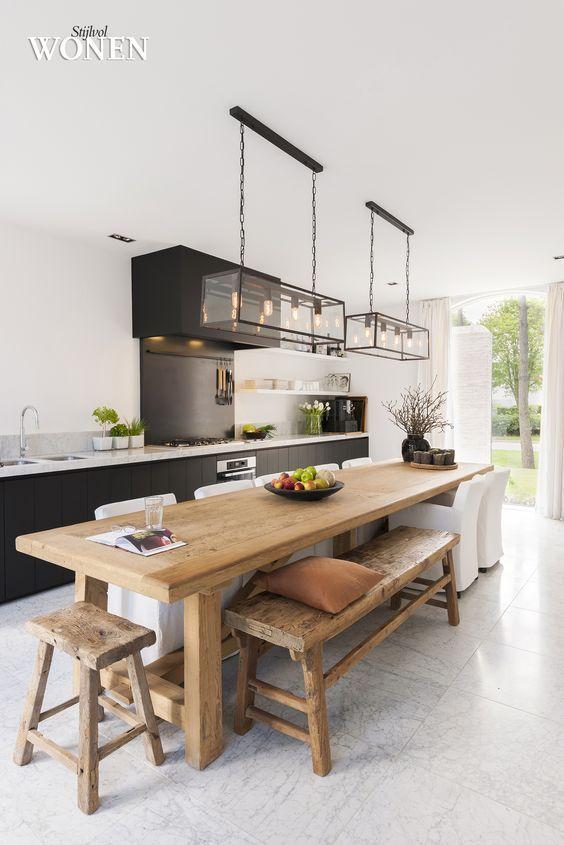 Mesa de jantar na cozinha moderna com banco rustico