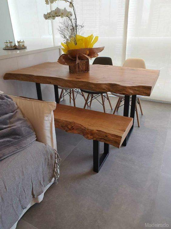 Mesa de jantar rustica com banco rustico na decoração